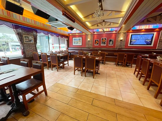 餐廳內還設有酒吧,可以喝各種酒品也有簡單調酒。餐廳面積這麼大,所以也會接些宴會活動之類,疫情之前也可以做自助餐。