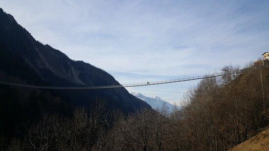Ponte sospeso in Val Tartano. Attraversare questo ponte da soli trasmette sensazioni magnifiche.
