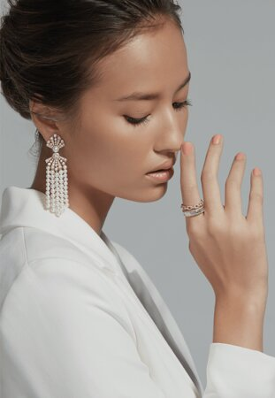 Since when did chains become part of high-end jewellery? In the case of Gems Pavilion, it started in 2015 when a white or pink gold 18k ring decorated with the chain motif was created to be the highlight of the Index Finger Ring collection. With the simple yet sophisticated design and the technique of setting diamonds on the intertwined chain pattern, this chain ring has become an iconic creation of Gems Pavilion while the chain pattern has been constantly reinvented. © copyright
