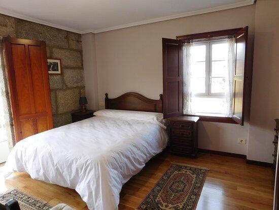 Gondomar, Spain: Habitación doble con cama de 150cm, baño privado con bañera, armario y cómoda. El mayor atractivo de esta estancia es la galería con vistas panorámicas, que le da nombre.