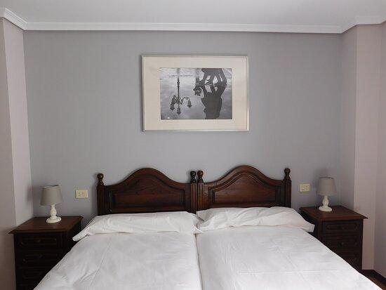 Gondomar, Spain: Habitación doble con dos camas de 90cm, baño privado con bañera y armario. Vistas del Hórreo centenario.