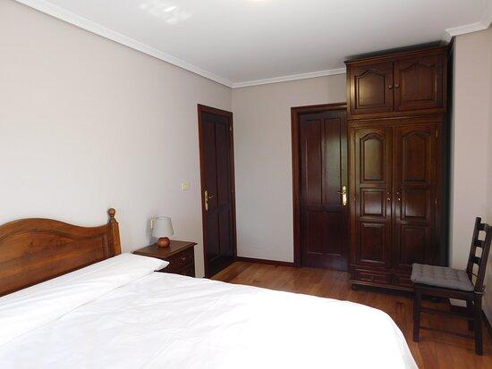 Gondomar, Spain: Habitación doble con cama de 150cm, baño privado con bañera y armario.