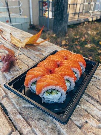 Целых 300 грамм удовольствия! Толстый слой лосося, нежный сливочный сыр и хрустящий огурчик.