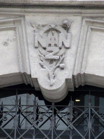 Il fregio sopra al portale d'ingresso