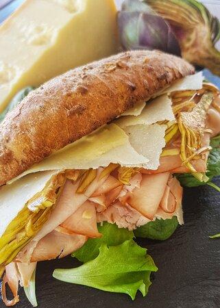 Panino con tacchino cbt , insalata di carciofi e grana , majò alla senape e miele.