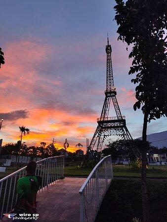 Lawang, Indonesia: Miniatur Menara Eiffel di Villa Navy Residence
