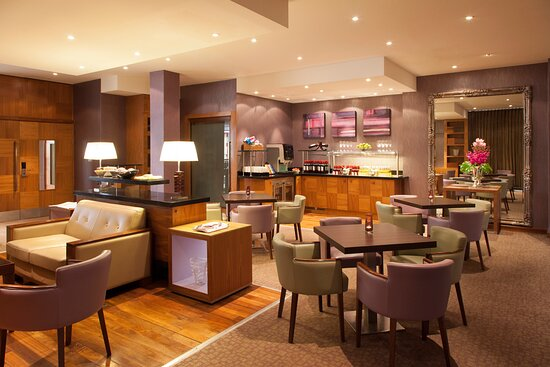 Crowne-Plaza-Reading-Club-Lounge-Evening-Set-Up
