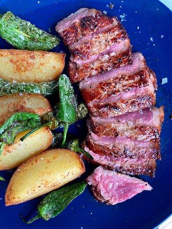 Entrecotte de vaca gallega de 200 gr  con su patata y sus pimientos de padrón como acompañamento!