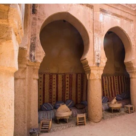 Questa magnifica kasbah si presenta come un villaggio fortificato marocchino. È preferibile visitarla con una guida locale che è possibile prenotare all'ingresso.  Le mura e gli edifici sono in buono stato di conservazione anche se i segni del tempo iniziano a farsi sentire: questa forse è una caratteristica che rende l'intero villaggio ancora più affascinante, autentico ed originale.