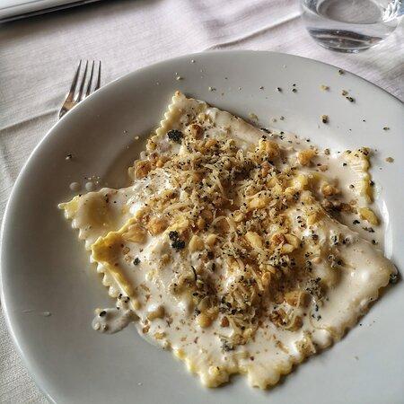 Valtopina, Itália: Ravioloni ripieno di ricotta e pere, con fonduta ai 4 formaggi, granella di noci e tartufo nero. Sapore equilibrato, veramente eccezionali!!