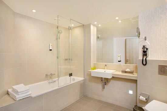 Holiday Inn bathroom in Frankfurt with a bathtub and power shower.
