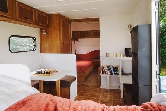 Hårlev, Danmark: Campingvogn med dobbeltseng, to enkeltsenge og sideplads