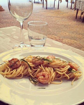 Spaghetti con code di mazzancolle, limone e basilico