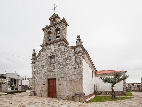Iglesia de San Xoán de Callobre. Destacan sus dos relojes de sol.