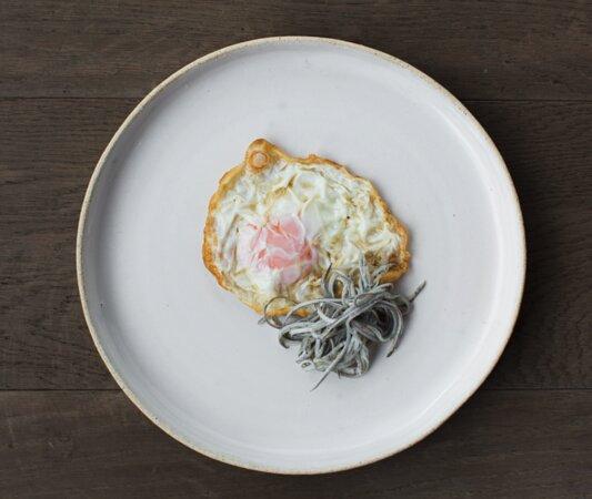 Huevo frito de corral con angulas