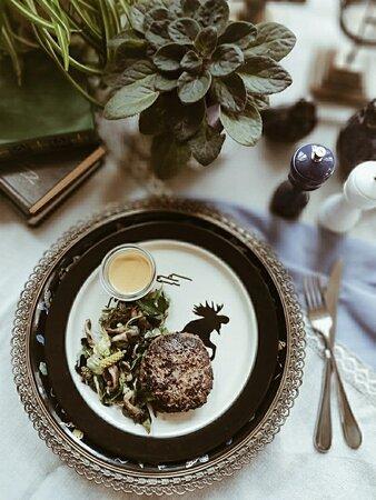 Один из способов наслаждаться жизнью - распробовать блюдо, задействовав органы чувств полностью: ощущая вкус, наблюдая цвет, чувствуя аромат.  Бифштекс из лося с овощами, хвойным салатом, тыквенным соусом.