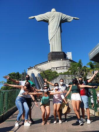 Grupo super bem animado de diversos países (e bem protegidos) no Cristo Redentor!