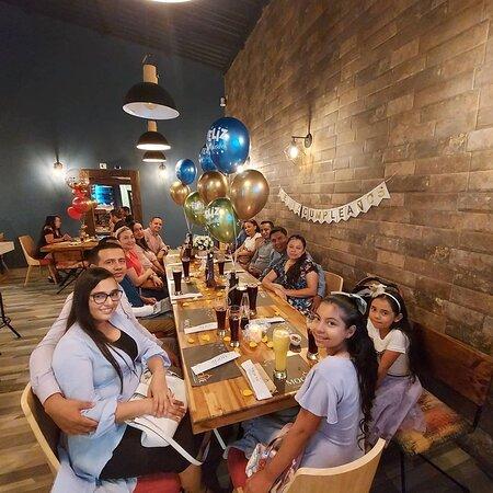 Un espacio para celebrar y disfrutar de una excelente experiencia gastronómica junto a tu familia.