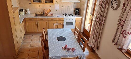 """cuisine équipée donnant sur une terrasse privative de l'appartement """"Sébastien"""""""