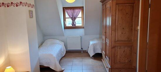"""chambre avec deux lits jumeaux et un grand lit """"queen size"""" de l'appartement """"Sébastien"""""""