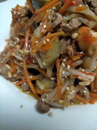 Wok de ternera y verduras salteadas con soja.