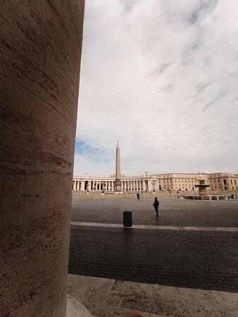 All'interno delle Mura, in piazza San Pietro...