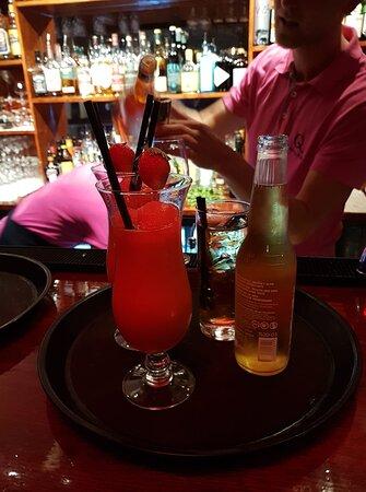 Grabbarna i baren med dom godaste drinkar