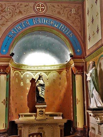 L'église Saint-Clément est ouverte et accueillante, son charme extérieur n'est pas démenti par l'intérieur. Face à l'île verte, petit parc charmant, cette église est parfaitement située, au cœur du village, l'abside surplombant la rivière.