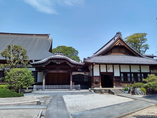 境内のお寺です。