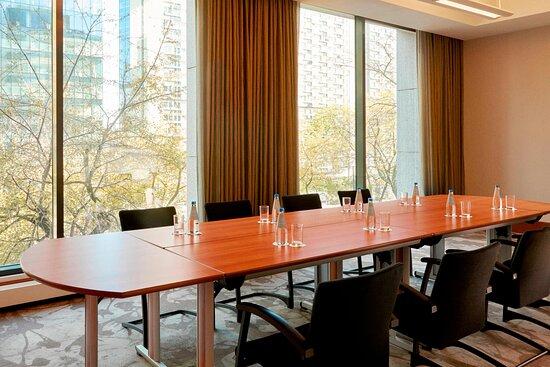 Leo Meeting Room - Oval Table, Conference Setup