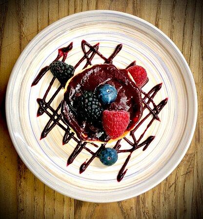 Cheesecake cotta ai frutti di bosco.  La nostra Cheesecake cotta al forno, con i frutti di bosco. La cheesecake ai frutti di bosco è un dolce dalla doppia consistenza: il croccante della base e la cremosità della farcia che si uniscono per sciogliersi in bocca ad ogni morso.