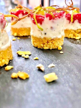 Mini cheesecakes di carne dello Chef Ceselia | 8 pz.  Cheesecakes con battuta al coltello di Scottona sarda; Olio e sale affumicato; Mandorle tostate; Mostarda e salsa affumicata; Nel formaggio fresco troviamo: Miele, pepe, lime e granella di pistacchio; Crumble di Kamut;