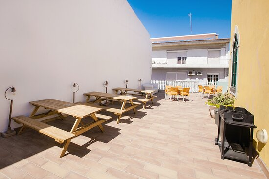 The rooftop is great to enjoy the sun and have a fresh beer! Love it! – Bild från Tilia Hostel, Faro - Tripadvisor