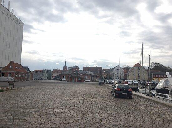 Den store kornsiilo dominerer havnen - i centrum den flotte toldbod, som i dag er i privat anvendelse.