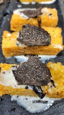 Polenta fritta con fonduta di taleggio e tartufo nero pregiato