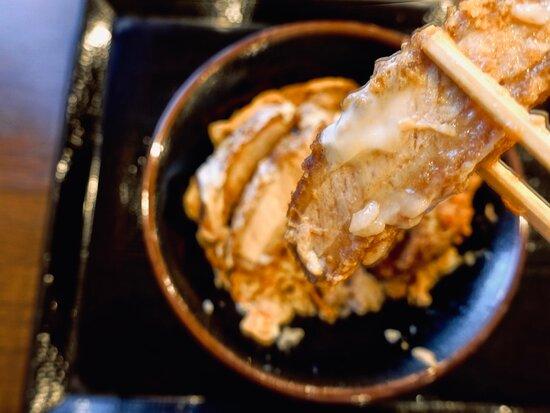 Wかつ丼 甘めのカツ丼タレで煮込まれたカツはサクッとした衣の食感を残しつつ、ふわふわ卵で閉じられた丸亀クオリティ