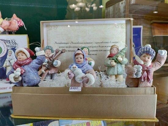 Мануфактура «Московская игрушка»   на базе Центра ремёсел «Семейные традиции». Это единственная в стране мануфактура, профессионально занимающаяся возрождением производства традиционной ватной игрушки, как русского сувенира.   Работы  мастеров-художников