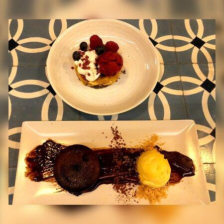 Templada de manzana y plátano con helado de aqai, frutos rojos y chía caramelizada.