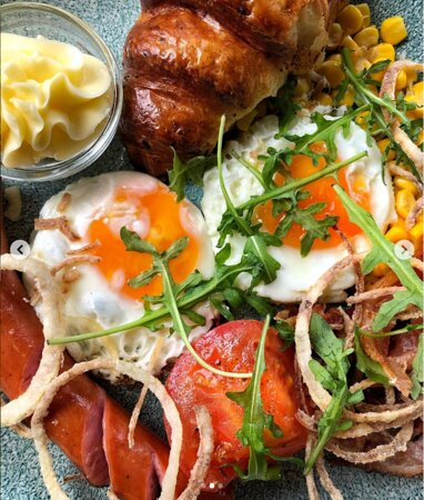 АНГЛИЙСКИЙ ЗАВТРАК Глазунья из двух яиц, колбаска-гриль, бекон, кукуруза, помидоры-гриль, круассан мультизерновой.