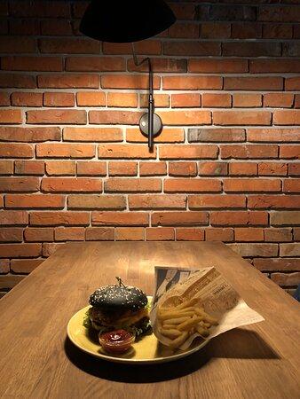 Кафе «Бруклин» предлагает вам отведать вкуснейшие гамбургеры, конечно не на ходу, а в уютной обстановке, где царит атмосфера Нью-Йорка.