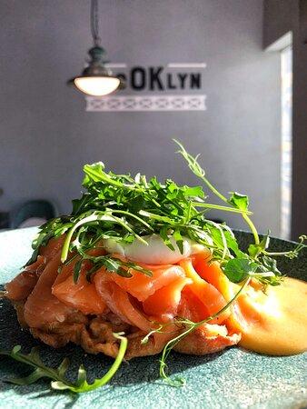 Картофельная вафля со слабосоленым лососем, творожным муссом, свежим огурцом, рукколой, яйцом Пашот и соусом Холландез - отличное начало для такого дня!