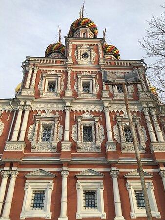 Великолепный образец архитектуры Строганова с потрясающей каменной резьбой! Очень интересна колокольня с флюгером-это необычно!