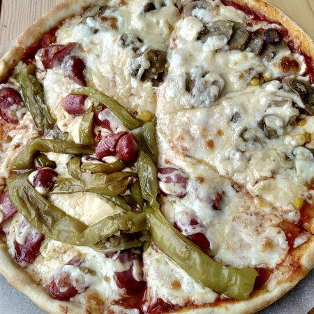 Пицца, как и 17 лет назад в Киеве. Вкуснейшее тесто, много начинки ммм