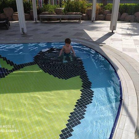 Bebenin havuz keyfi