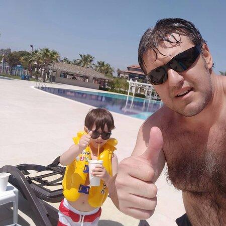 Baba oğul havuz keyfi