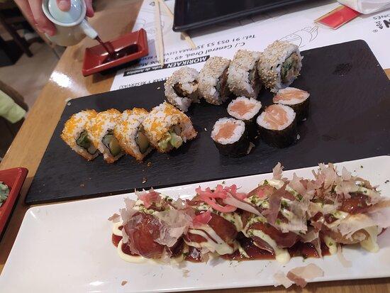 Bolitas de pulpo + sushi variado (maki de salmón, uramaki de aguacate y gambas y uramaki de atún)
