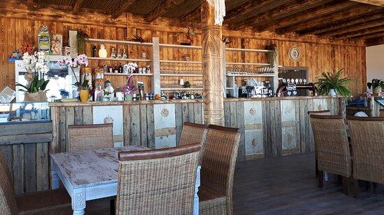 arredamneto originale ecosostenibile tutto in legno fiammato come da tradizione Rapa Nui