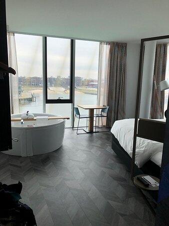 Spa kamer uitzicht op haven en stuk strand