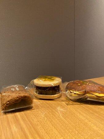 黒糖の風味と蒸しパンのような優しい食感生地の「松風」、餡がたっぷりの分厚い「最中」、看板商品の「どら焼き」はどれも餡がたっぷりでボリュームがあります