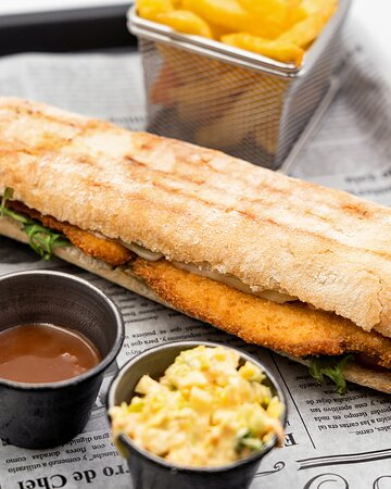 KIKIRIKÍ: Pan Rústico Crunch, escalope de pollo, queso Gouda, tomate, lechuga y salsa César con guarnición Rampers
